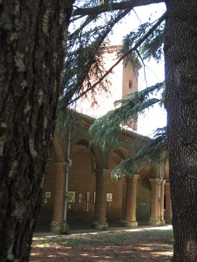Scorcio del portico dal parco della tenuta di Tizzano
