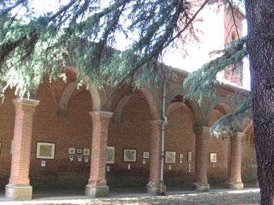 Vista del portico con le stampe antiche