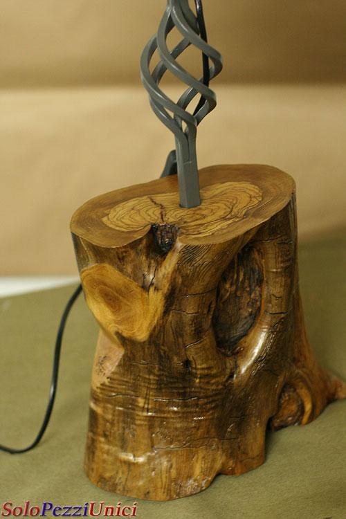 Lampade che nascono da legni pregiati e ferro antico for Lampade da comodino particolari